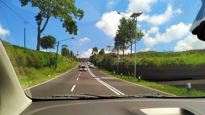 Una carretera entre la plantación de té en Ciater Subang Indonesia fotografía de archivo
