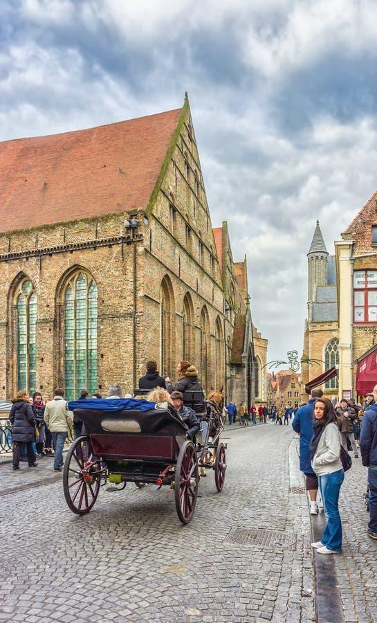 Una carrozza a cavalli su Mariastraat, Bruges, Belgio immagini stock libere da diritti