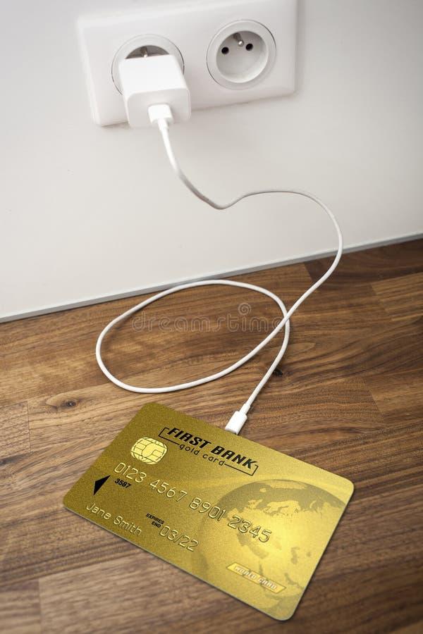 Una carta assegni dell'oro collegata ad un incavo di USB fotografia stock libera da diritti