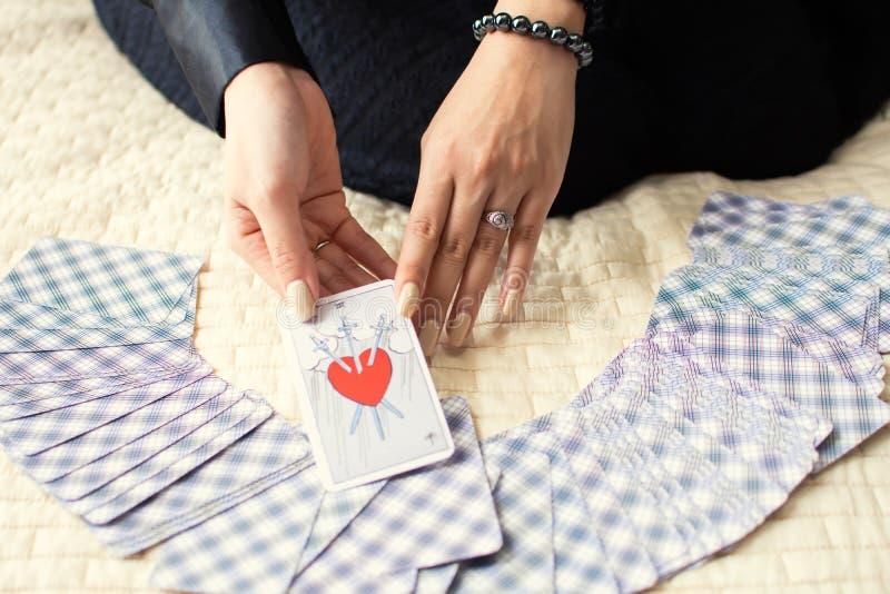 Una carta di tarocchi di cuore con tre spade è stata presa  fotografia stock