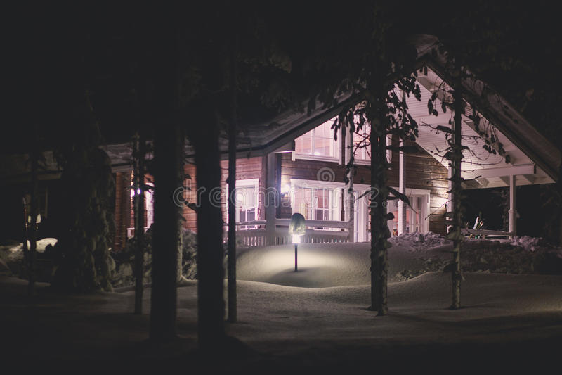 Una casa acogedora del chalet de la cabaña cerca de la estación de esquí en invierno imágenes de archivo libres de regalías