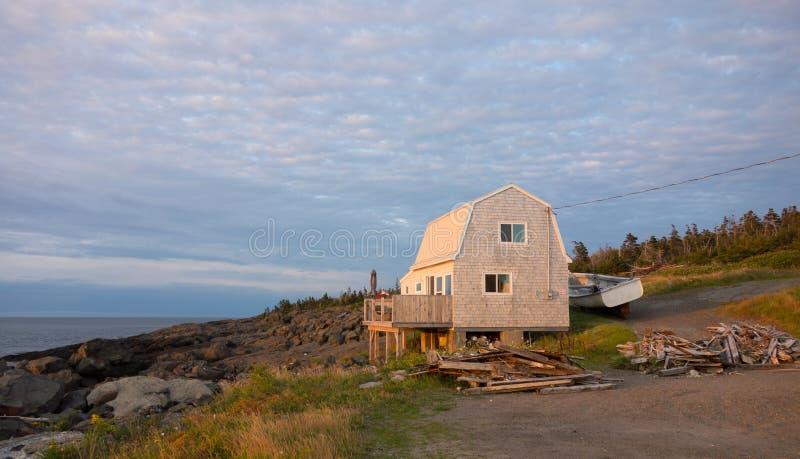 Una casa appena costruita appollaiata su un dirupo che sovrasta il Golfo di San Lorenzo. fotografia stock