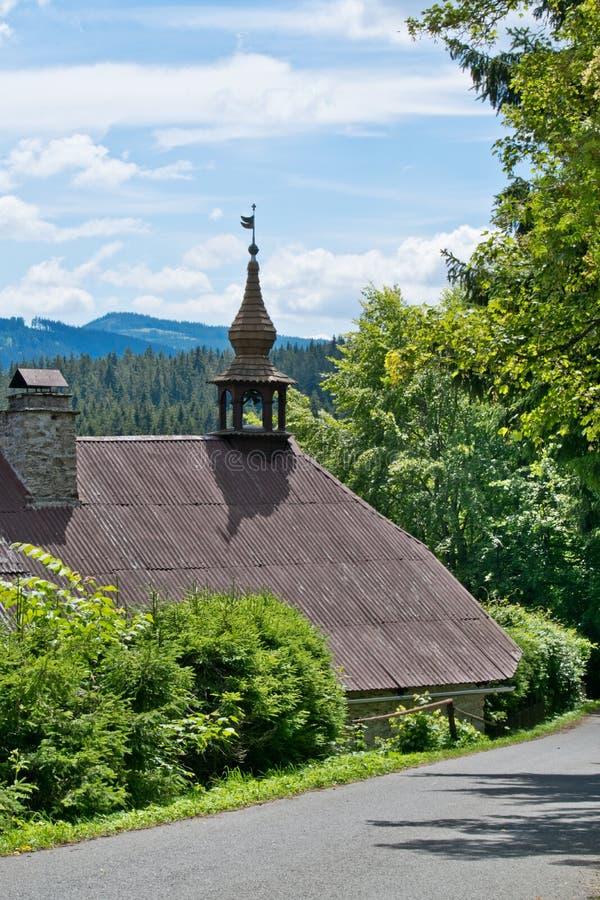 Una casa con la torre smal en el bosque bohemio imagen de archivo libre de regalías