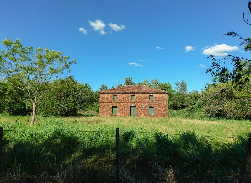 Una casa con mattoni a vista abbandonata immagini stock libere da diritti