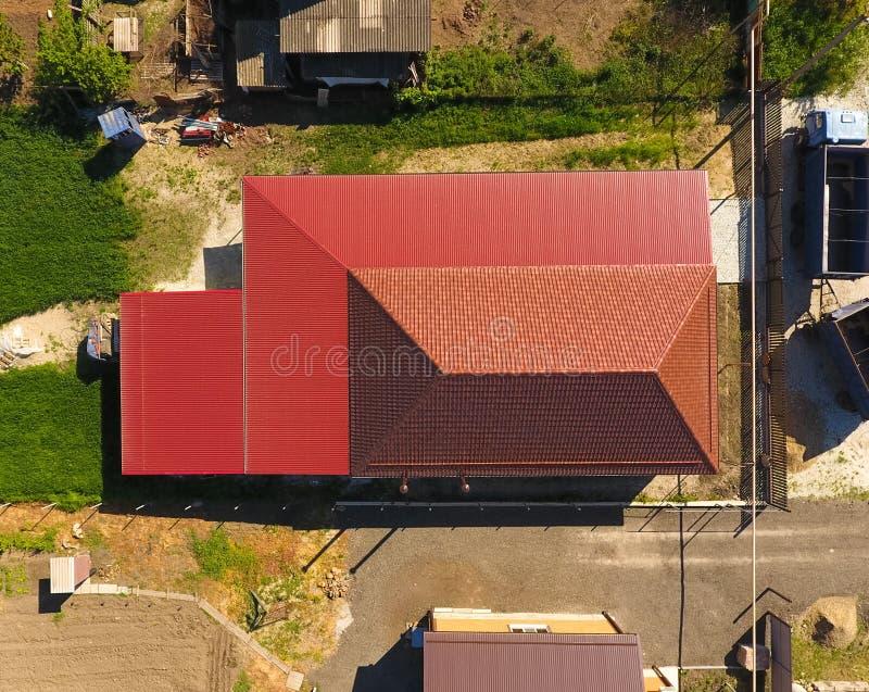 Una casa con un baldacchino sopra il cortile Tetto dal profilo ondulato del metallo Mattonelle del metallo fotografia stock libera da diritti