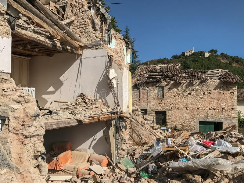 Una casa dañadísima en Italia rural después de un terremoto, la pared externa se ha destruido exponiendo el interior de foto de archivo libre de regalías