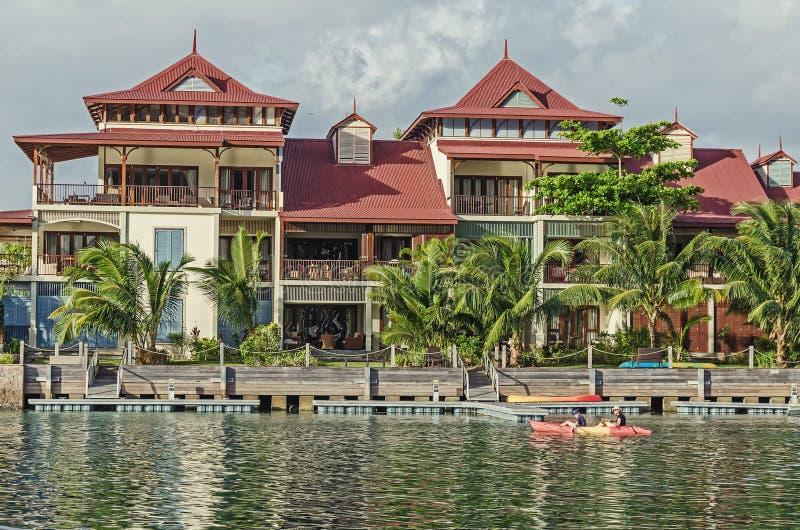 Una casa de lujo en la orilla de la isla de Eden imágenes de archivo libres de regalías