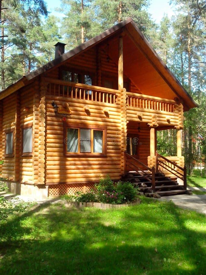 Una casa de madera en bosque del pino imagen de archivo - Casas de madera de pino ...