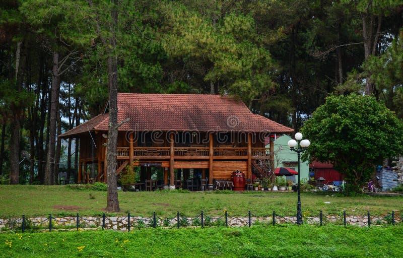 Una casa de madera en el bosque imagen de archivo