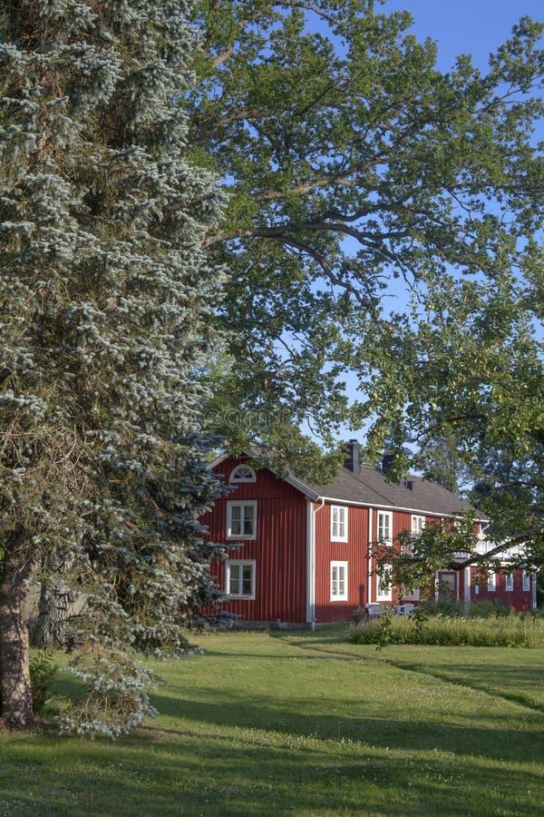 Una casa de madera sueca roja hermosa en el campo en el summ fotos de archivo libres de regalías