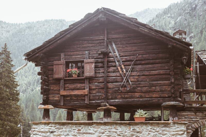 Una casa de madera vieja agradable en montaña imagenes de archivo