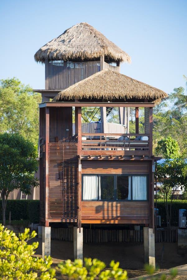 Una casa di legno moderna di due piani immagine stock for Casa moderna legno