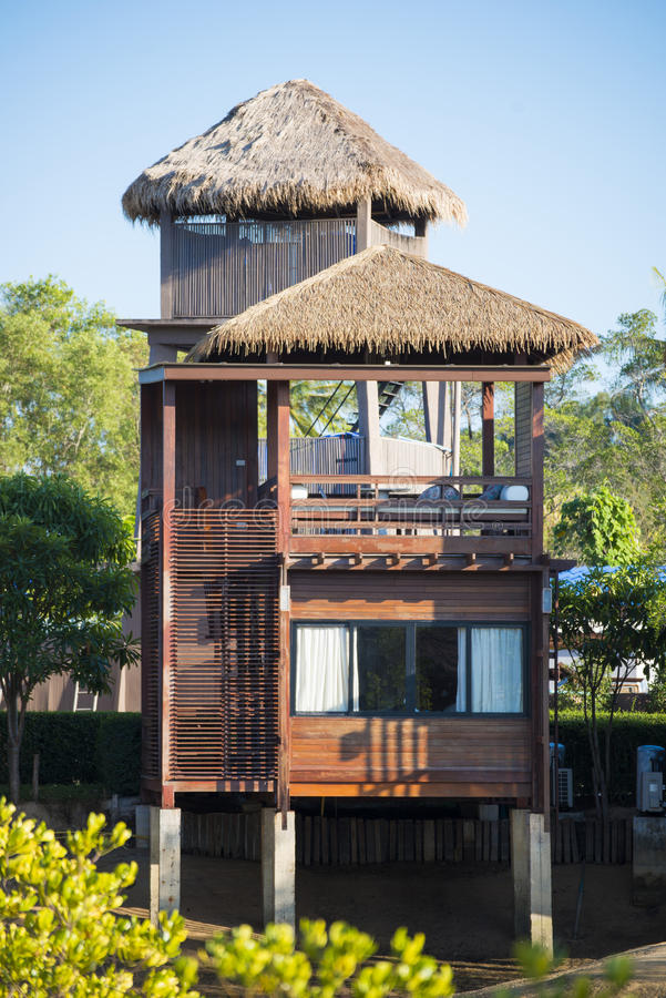 Una casa di legno moderna di due piani immagine stock - Casa legno moderna ...