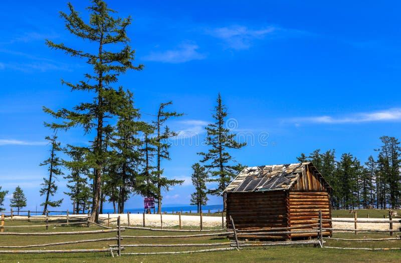 Una casa di legno in Mongolia immagine stock