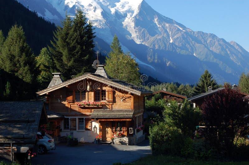 Una casa di legno piacevole della montagna immagine stock for Una pianta della casa di legno