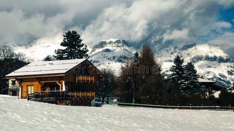 Una casa en la montaña de los amperios foto de archivo