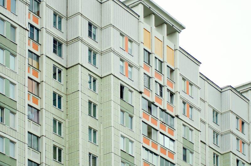 Una casa estándar de varios pisos hecha del ladrillo blanco Rusia fotografía de archivo