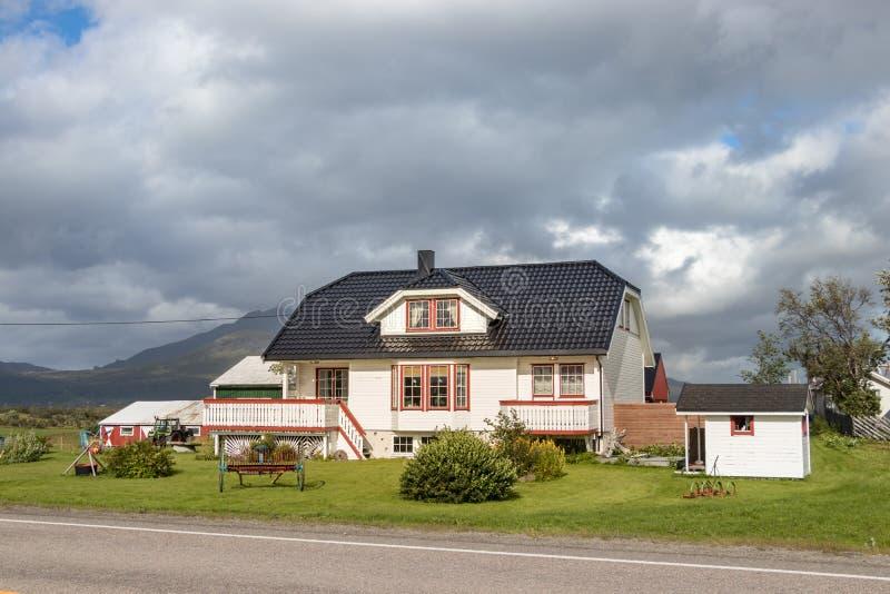 Una casa hermosa en un camino de Leknes, Lofoten, Noruega foto de archivo