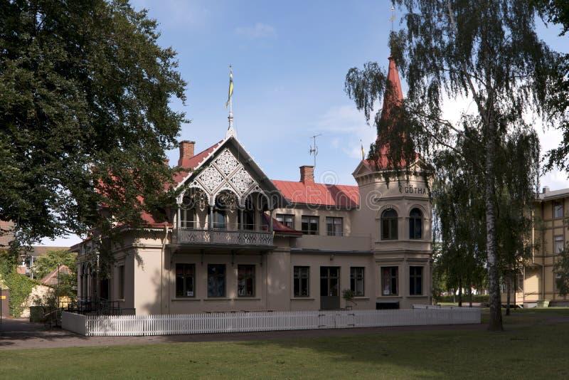 Una casa in legno tipica nella città svedese Hjo immagini stock