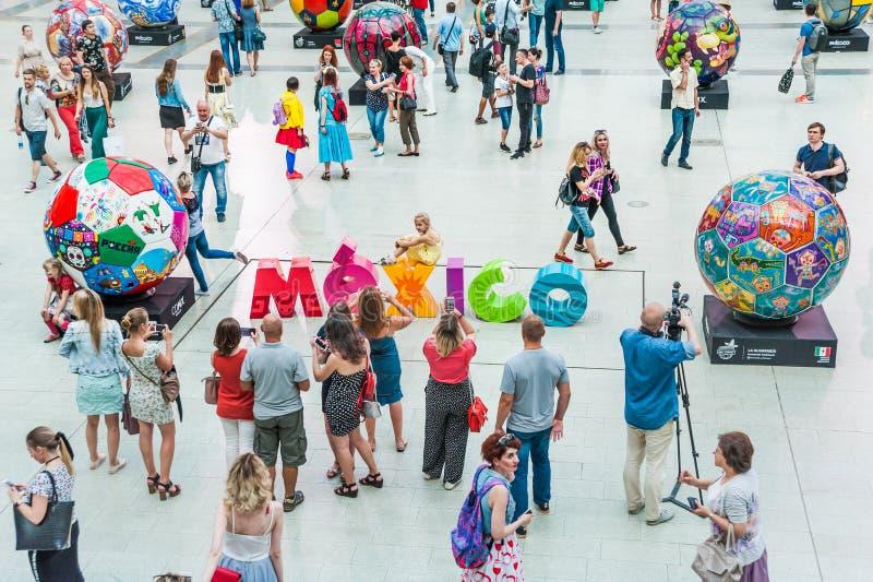 Una casa nacional para las fans mexicanas en Gostiny Dvor Inscripción colorida México en el centro del pasillo fotos de archivo