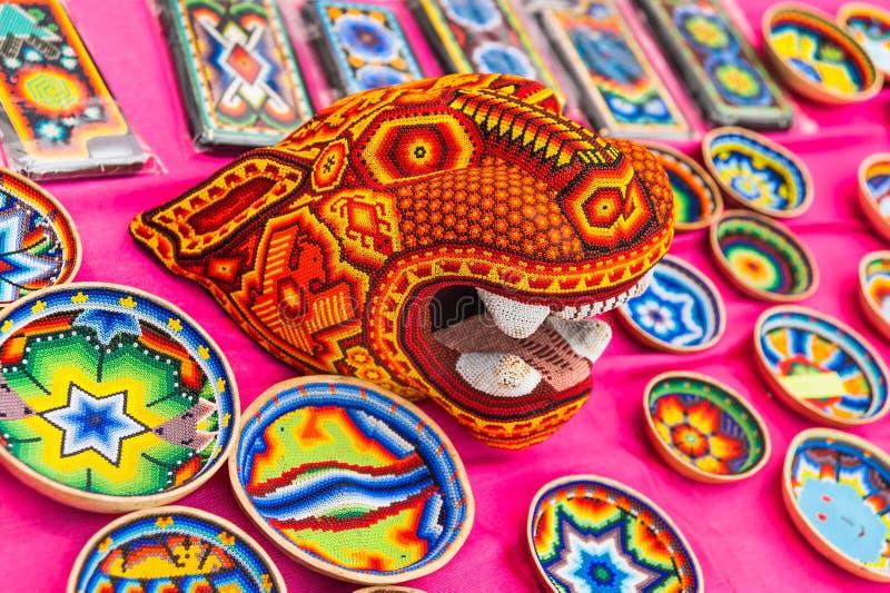 Una casa nazionale per i fan messicani in Gostiny Dvor Mestieri nazionali dei ricordi del mosaico di Huichol delle perle fotografia stock