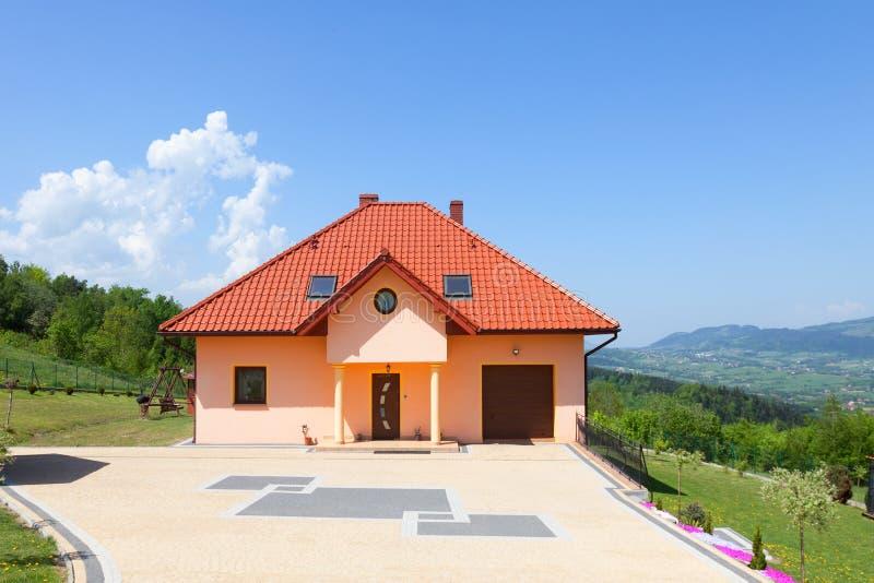 Una casa nuevamente construida hermosa Yarda con la hierba verde y la calzada imágenes de archivo libres de regalías