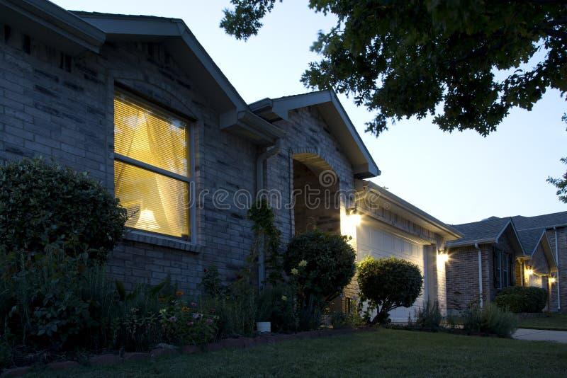 Una casa piacevole sul tramonto fotografia stock libera da diritti