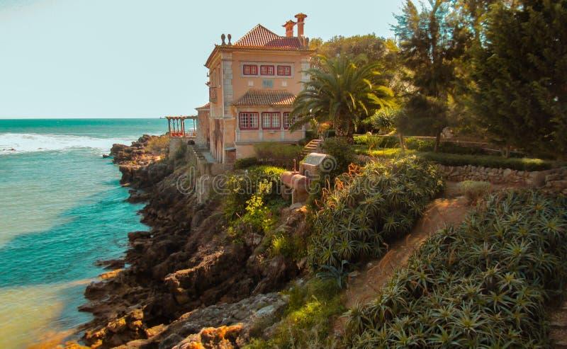 Una casa por el océano fotos de archivo