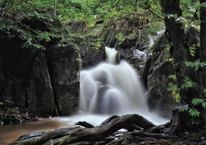 Una cascada en el bosque recreativo de Sungai Tekala, Hulu Langat, Selangor fotos de archivo