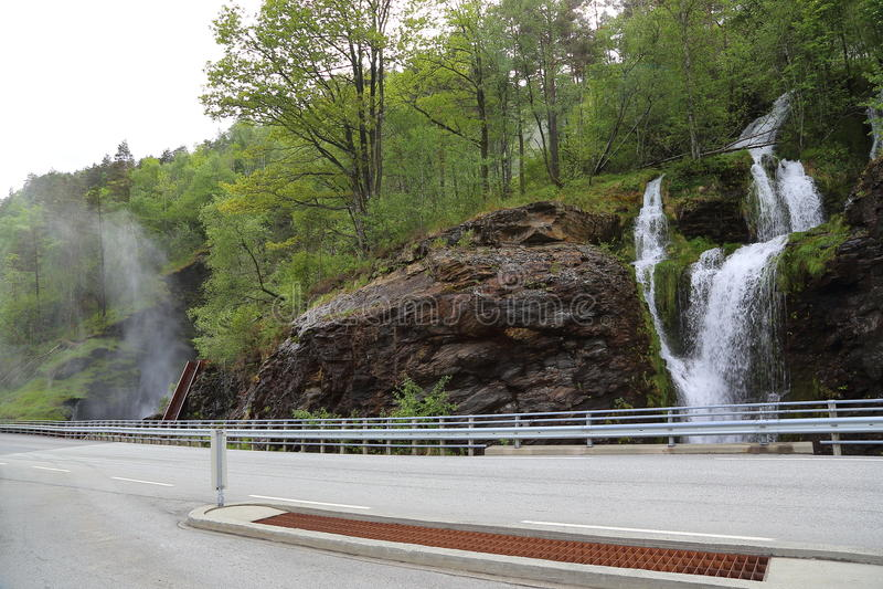 Una cascada impresionante Svandalsfossen, que tiene una caída total de 180 m foto de archivo libre de regalías