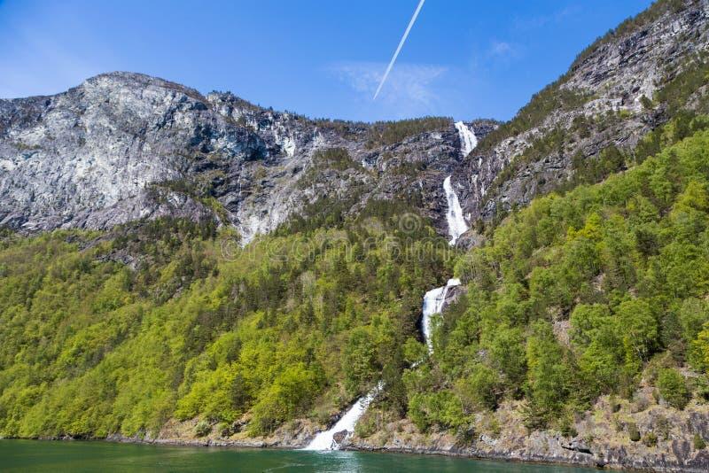Una cascada a lo largo del Sognefjord en Noruega foto de archivo libre de regalías