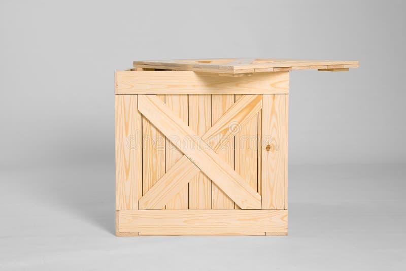 Una cassa di legno aperta su grigio fotografia stock