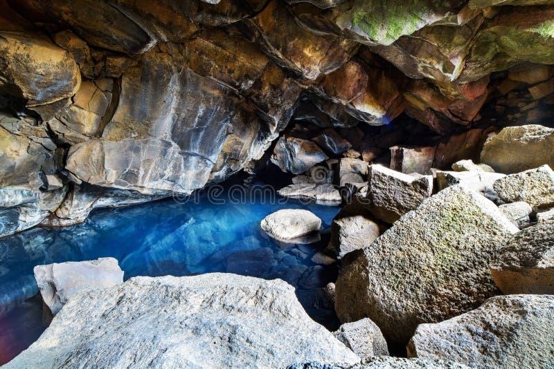 Una caverna ha riempito di acqua calda in Islanda fotografia stock