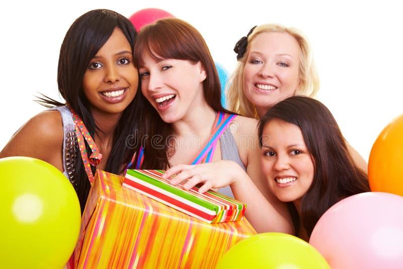 Una celebrazione delle quattro donne amici immagine stock