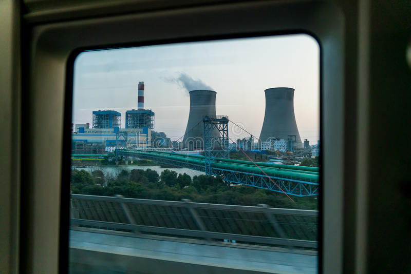 Una centrale elettrica a carbone nella finestra del treno ad alta velocità da Shanghai a Wuxi, Cina immagini stock