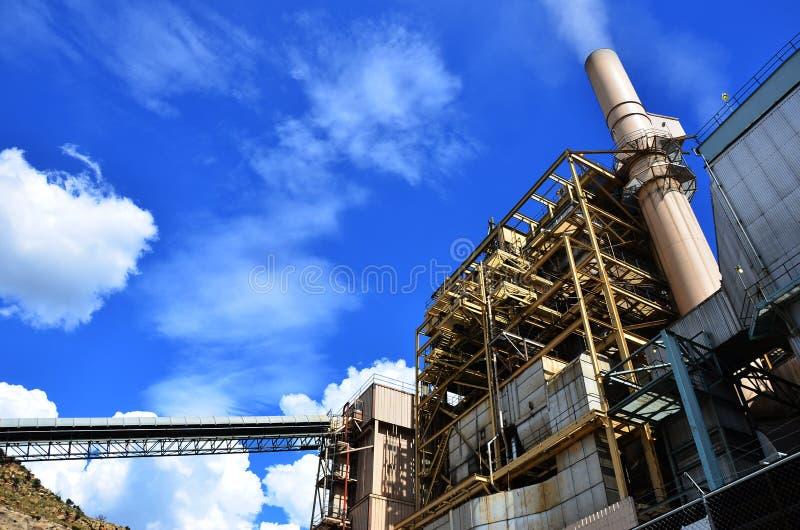 Una centrale elettrica e un cielo blu del carbone fotografia stock