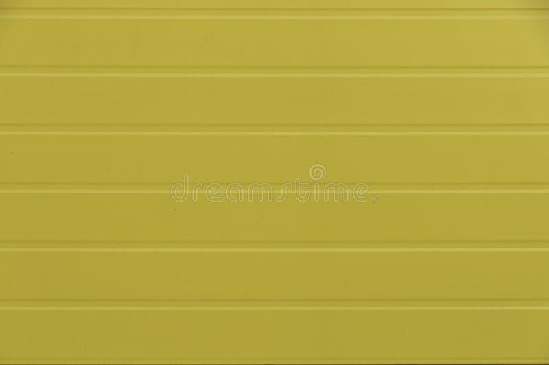 Una cerca acanalada de las hojas de metal amarillo Textura del decking del perfil del piquete de la cerca del metal Lado preparad imágenes de archivo libres de regalías