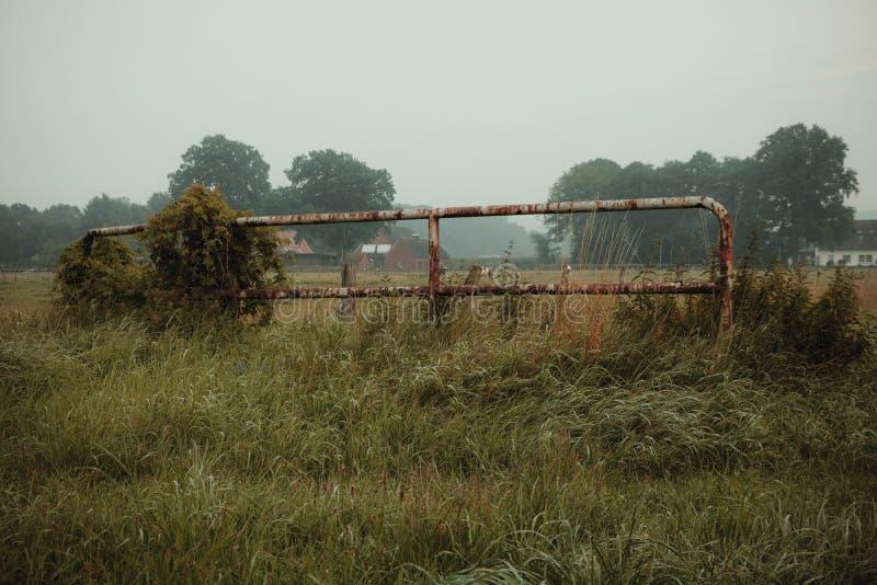 Una cerca oxidada vieja imagenes de archivo