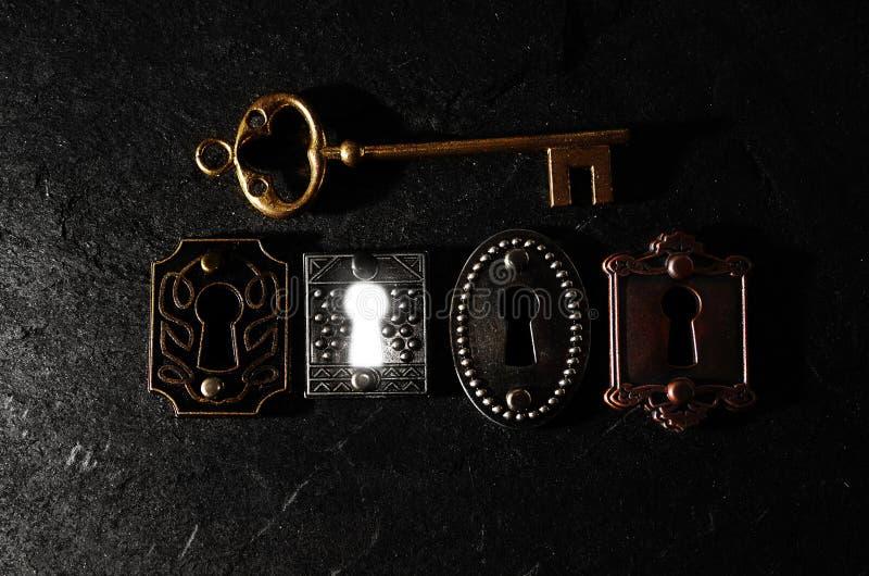 Una cerradura brillante y una llave imagen de archivo libre de regalías