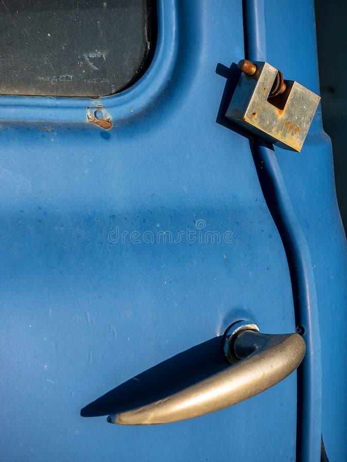 Una cerradura del metal en un coche viejo fotografía de archivo libre de regalías