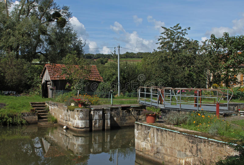 Una cerradura en el canal du Nivernais fotos de archivo