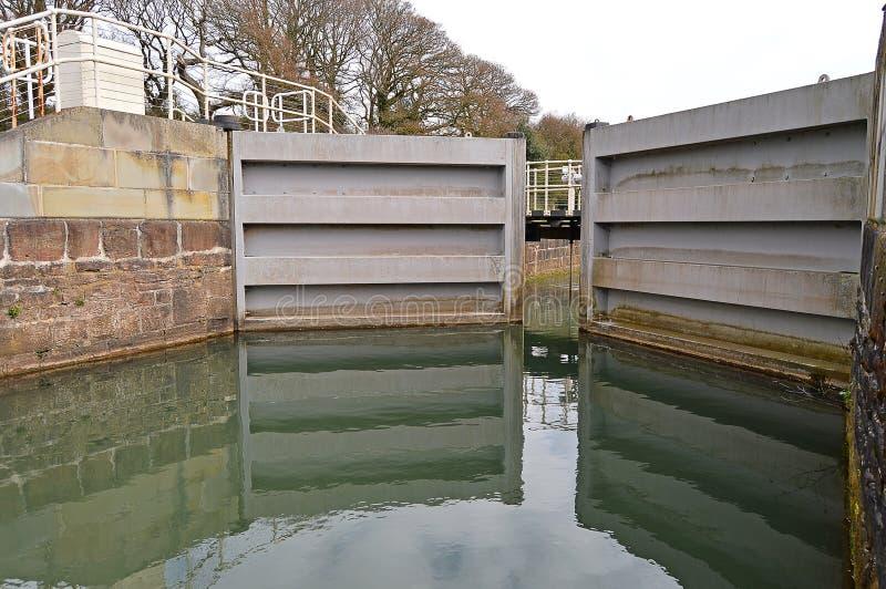 Una cerradura en una vía navegable fotografía de archivo libre de regalías