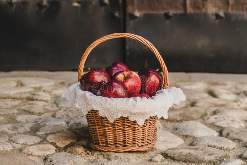 Una cesta por completo de manzanas rojas foto de archivo libre de regalías
