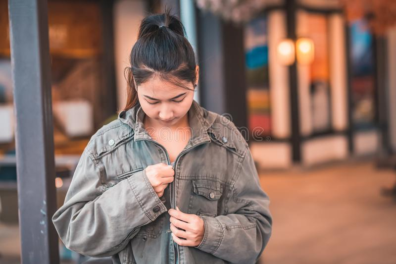 Una chaqueta de la ropa de mujer y una sonrisa y ella es viaje fotos de archivo