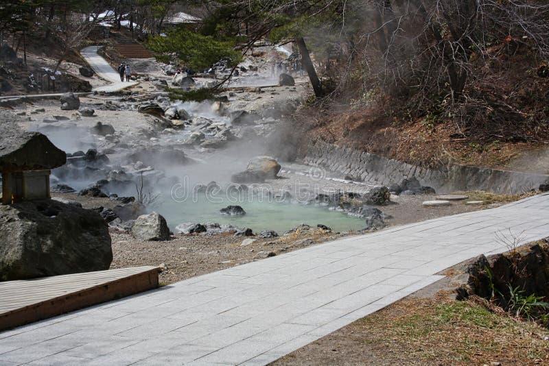 una charca caliente en las montañas imagen de archivo