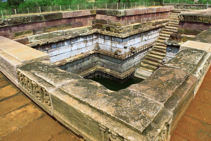 Una charca delante del templo enojado del ` s de Hucchimalli Gudi Malli, Aihole, Bagalkot, Karnataka, la India foto de archivo libre de regalías