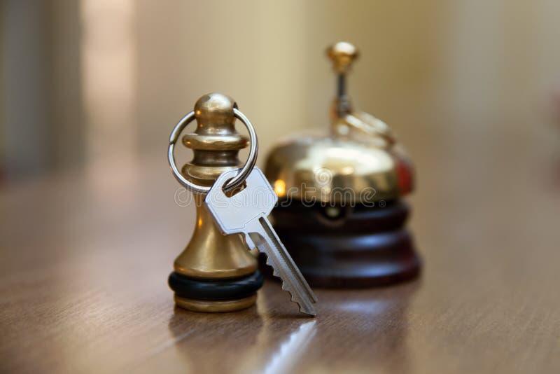 Una chiave della campana e di stanza di servizio immagine stock