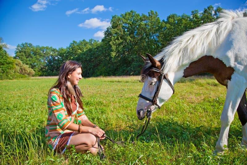 Una chica joven con un caballo de la pintura imágenes de archivo libres de regalías
