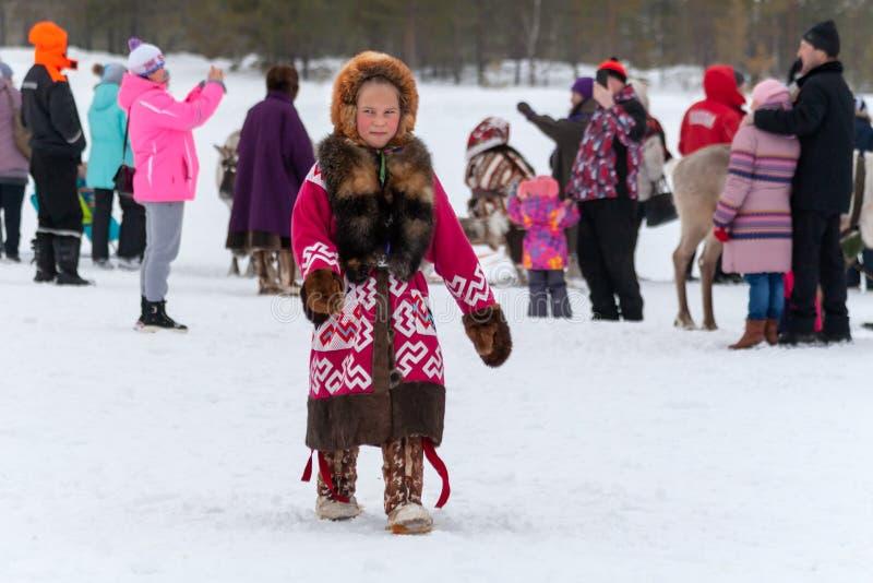 Una chica joven en el vestido nacional de Khanty fotos de archivo libres de regalías