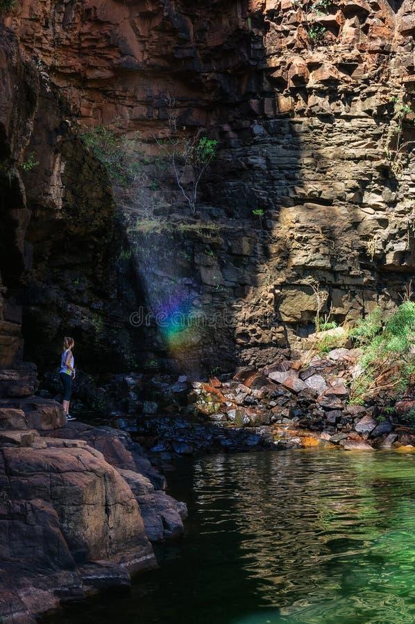 Una chica joven goza del arco iris en la laguna de la charca del lirio cerca de Katherine Gorge, Australia imágenes de archivo libres de regalías